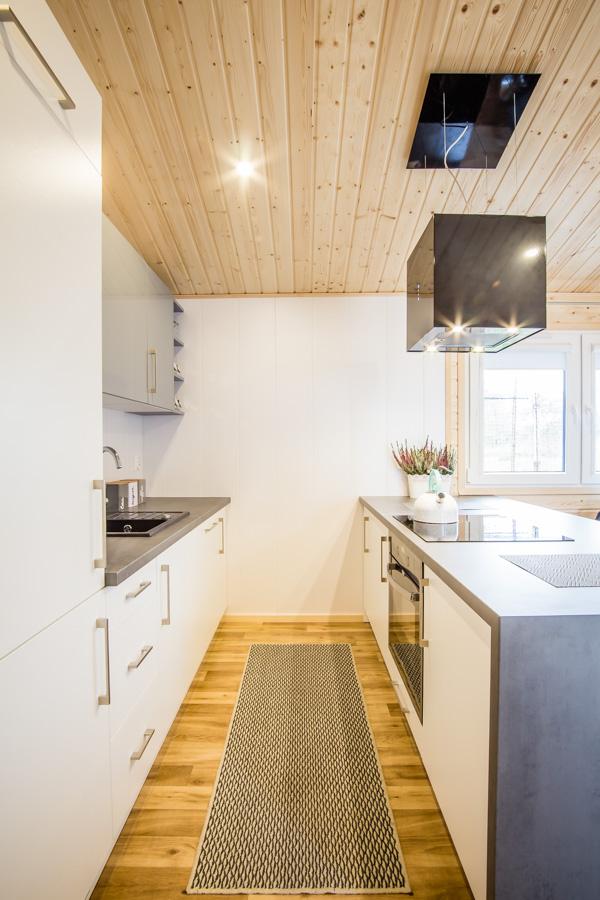 Kuchnia z wyspą w domu mobilnym Podhale