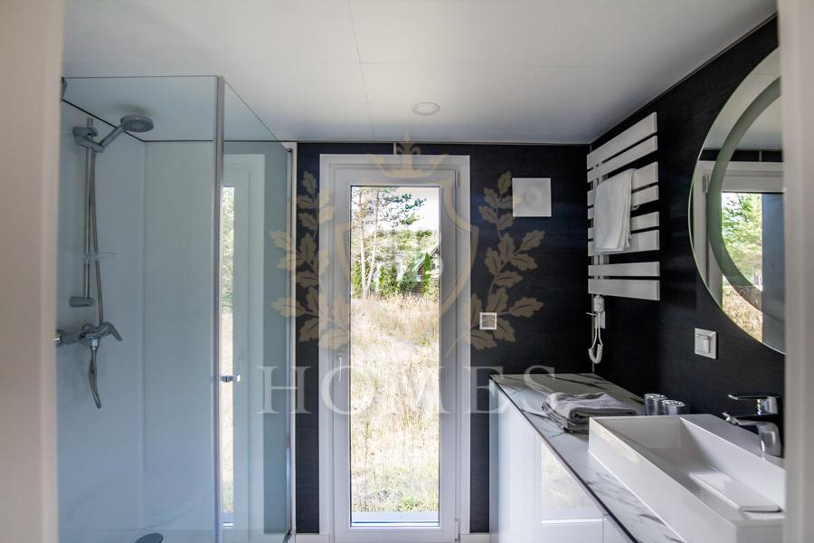 Łazienka w całorocznym domku mobilnym JB Black Stone